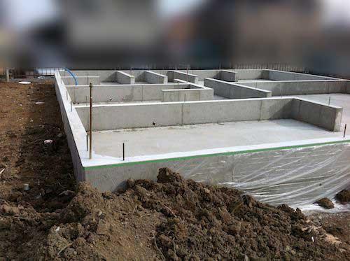 基礎が完成、上棟式の準備をしています。