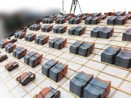 屋根に瓦02