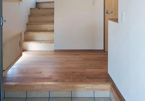 玄関ホールに階段