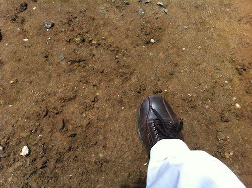 粘土質の土を歩く