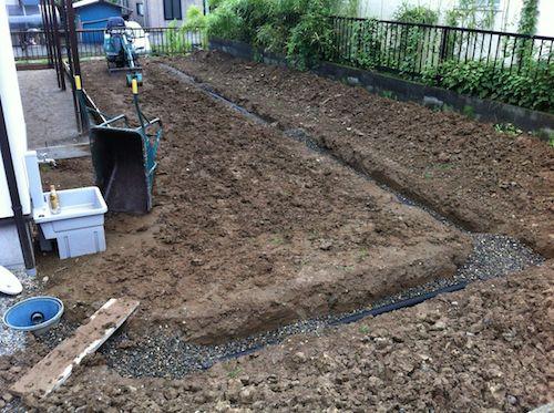 暗渠排水工事中の庭