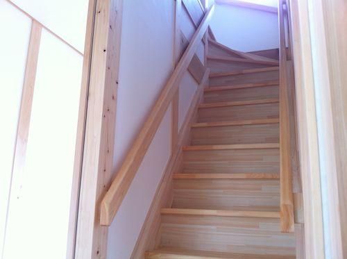 階段の急勾配対策として両側に手すりを付けてもらいました