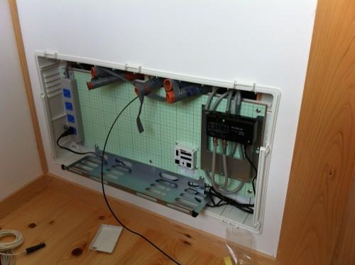 情報分電盤に配管から光回線が出てきた