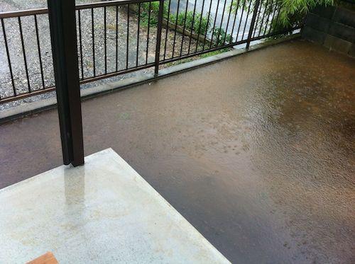 ブロック塀を乗り越えそうな水位