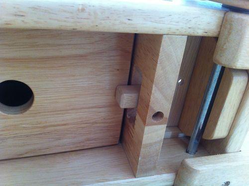 「木's 乗用ブーブー」裏蓋は木で固定されてます。