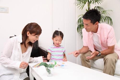 住宅購入について家族で話し合う