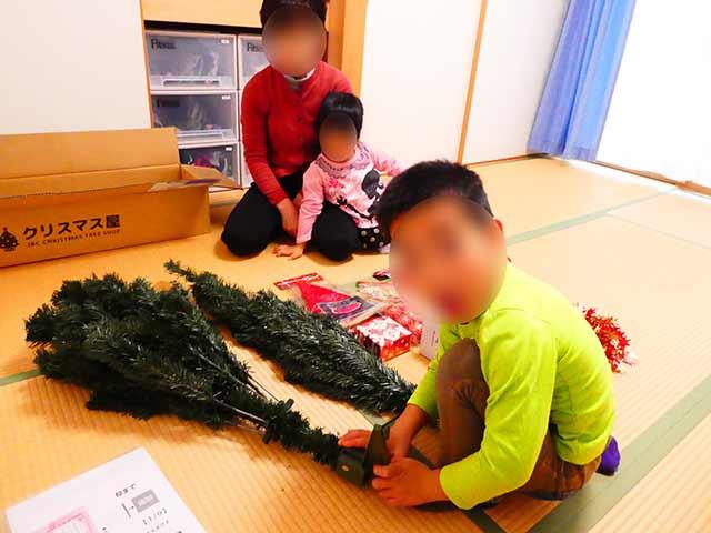 子供たちとツリーを組み立てる準備
