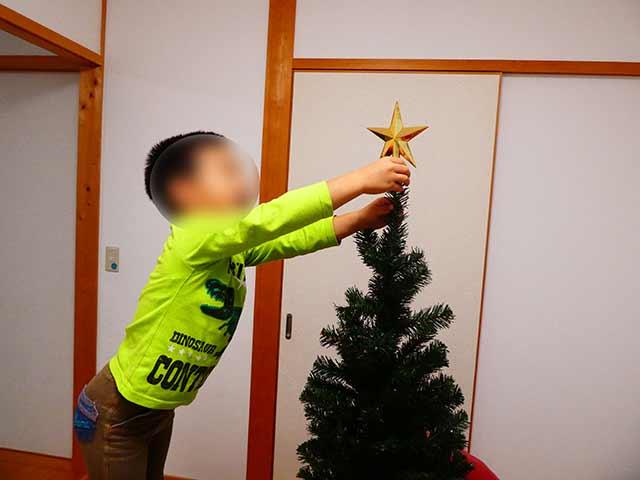 クリスマスツリーに星を乗せる