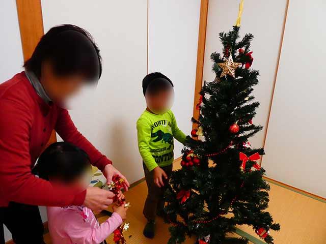 クリスマスツリーに飾りをつける