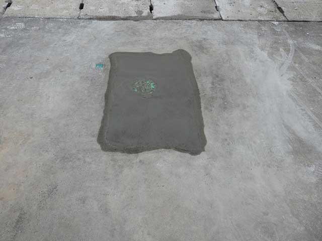 水道周りのコンクリートを補修した駐車場