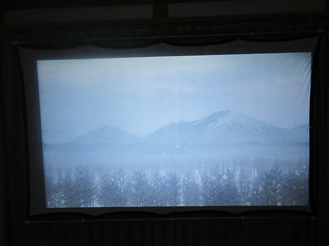 プロジェクターで100インチの大画面でアニメを見てみる