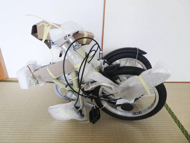 緩衝材に包まれた折り畳み自転車