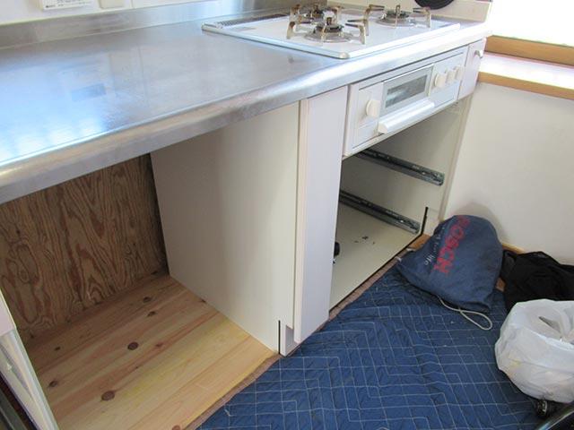 ボトルラックキャビネットをキッチンに設置