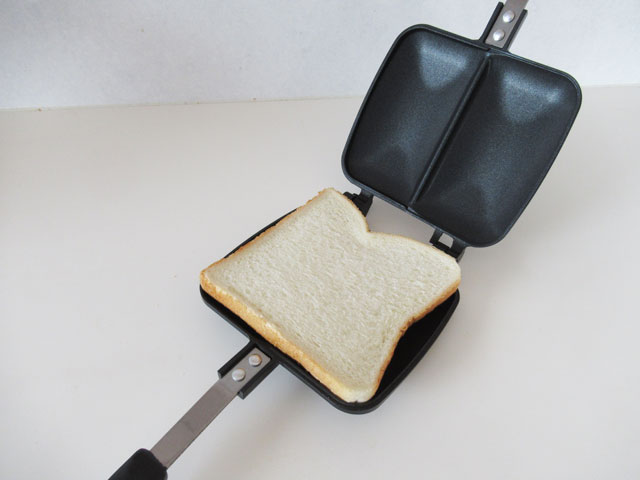 ホットサンドメーカーにパンを置いてみる