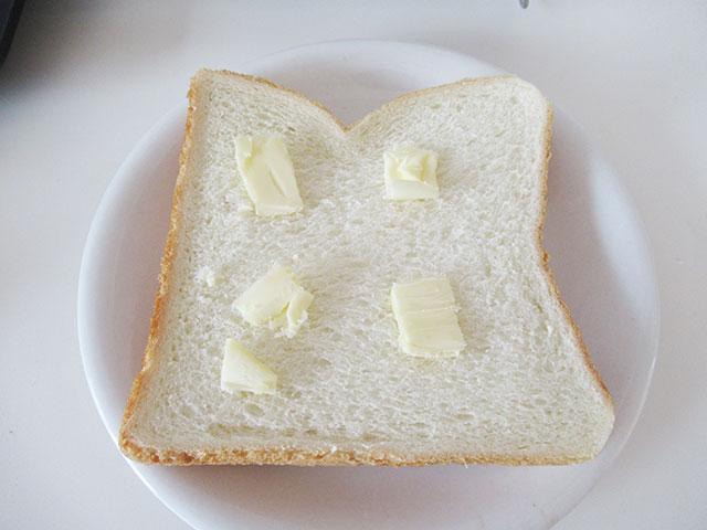 パンにバターを置く