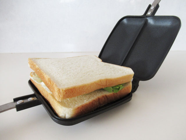 ホットサンドメーカーにパンを置く
