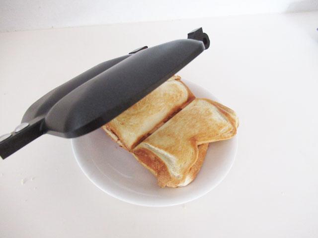 お皿にパンを置く